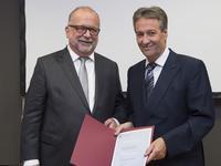 Oberbürgermeister Jürgen Nimptsch überreichte Kurt-Werner Sikora (li) seine Urkunde als Wirtschaftsbotschafter der Stadt Bonn