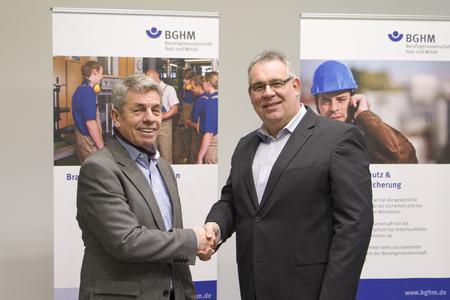 (Foto: BGHM) Wechsel des Vorsitzenden: Hans Müller (links) wünscht seinem Nachfolger Bernhard Wagner alles Gute für das neue Amt.