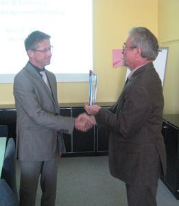 Andreas Richter (EBV) (l.) und Werner Diesing (Samsung Semiconductor Europe)