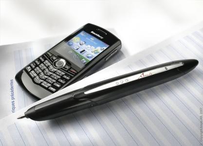 Der digitale Stift von Anoto verfügt über eine Kamera, die handgeschriebenen Text erkennt. Das integrierte Bluetooth-Modul sendet den Text dann an den Blackberry, der die Informationen direkt an Firmenserver weiterleitet.