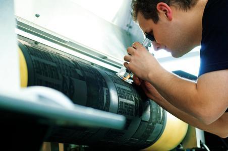 Gefragte Präzision: Torsten Raschdorf aus dem Team Flexodruck von ContiTech Elastomer Coatings prüft die Qualität der Lasergravur der Flexodruckform, Foto: ContiTech