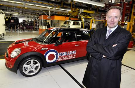 Ian Robertson, Member of the Board of Management of BMW, Sales and Marketing, in front of the 1,5 millionth MINI at plant Oxford (07/2009)