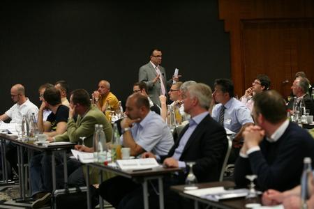 Ein intensiver Dialog zwischen Referenten und den Teilnehmern ist ein wichtiger Aspekt der Workshop-Arbeit über gesetzliche Rahmenbedingungen.