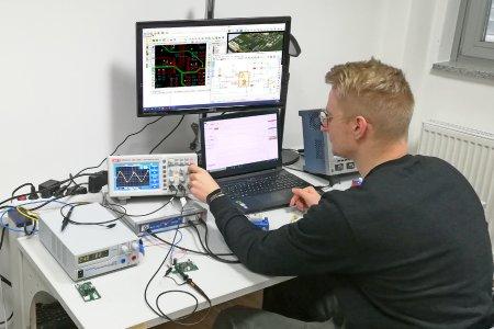 Im Labor für hardwarenahe Digitalisierung an der Technischen Hochschule Deggendorf (THD), das Elec-Con gemeinsam mit Prof. Bösnecker betreibt, wird ebenfalls mit KiCAD gearbeitet. © Elec-Con