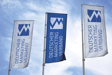 Fahnen wehen für den Deutschen Marketing Verband