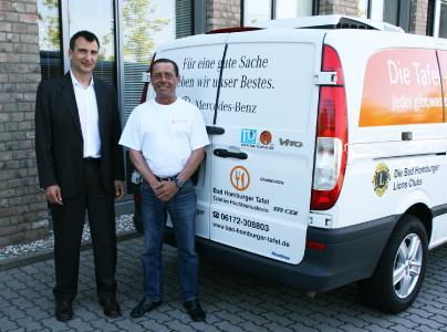 Andreas Niegsch, Geschäftsführer von Bridgestone Deutschland, und Bernd Grübel, hauptamtlicher Fahrer der Bad Homburger Tafel