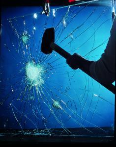 Dank der hochreißfesten PVB-Folie im Scheibenzwischenraum bleibt das Fenster verschlossen, selbst wenn das Glas springt