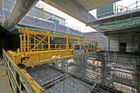 Der Zweiträgerbrückenkran mit einer Tragfähigkeit von 6,3 t und einer Spannweite von 14 m ist für den Greiferbetrieb ausgelegt und besitzt Laufstege entlang der Kranbrücke, einschließlich komplett begehbarer Zweischienenlaufkatze.