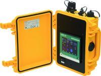 MMD 97  Der mobile Messkoffer MMD 97 erfasst alle Spannungsqualitätsparamter und loggt diese Daten als einphasige oder dreiphasige Messung im Niederspannungsnetz (230/400 VAC) in Verteilnetzen in Trafostationen, Schaltanlagen, und als direkte Verbrauchsmessung an Maschinen und in Gebäuden. Das Herzstück bildet ein eingebautes UMD 97EL im IP65 Kunststoffgehäuse. Mit den Firmwaremodulen PQ S und GO bildet das Gerät alle Funktionen der Spannungsqualität nach EN 50160 ab.  Einsatz Der Koffer wird zu