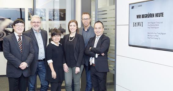 Nguyen Huu Trang (links), Leiter der Handelsabteilung der vietnamesischen Botschaft in Berlin, zu Besuch im Studio Gieske (von links: Botschafter Nguyen Huu Trang, Thorsten Giesek (GF Studio Gieske), Thanh Nguyen (Viet Trade Center), Mareike Eberle (ROWI), Thomas Andraschko (GF Studio Gieske, Nguyen Trong Luat (GF ROWI))