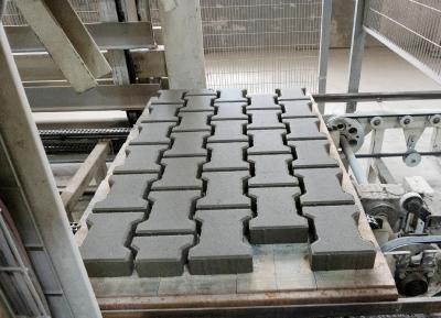Das neue Zusatzmittel Murasan Hydrotech 802 der MC-Bauchemie eignet sich für die Herstellung von Betonwaren aus erdfeuchtem Beton. Es erhöht die Robustheit des Betons gegenüber Wasserschwankungen und sorgt für eine ausgezeichnete Grünstandfestigkeit auch bei erhöhten Wassergehalten. Dies führt zu einer schnelleren Produktionsgeschwindigkeit und unter gewissen Voraussetzungen zu einem verbesserten Hydratationsgrad des Zements und damit auch zu höheren Druckfestigkeiten.