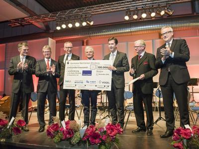 """Spendenübergabe: 100.000 Euro für das Projekt """"Leseförderung in der Region Würzburg""""(Foto: Katrin Heyer)"""