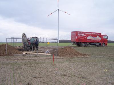 Grundodrill-Bohranlage mit Versorgungs-Lkw  bei der Pilotbohrung