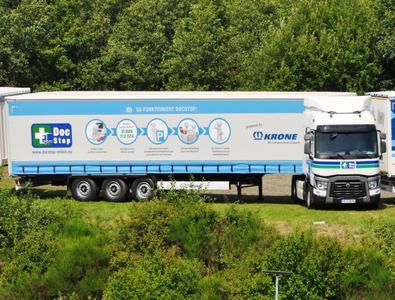 Eine Renault Trucks T Sleeper Cab Sattelzugmaschine macht Werbung für die medizinische Fahrerunterwegsversorgung DocStop für Europäer e.V.
