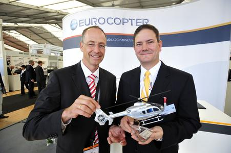 Rob Hamilton, Senior Vice President of Business Development at Med-Trans and Wolfgang Schoder, Executive Vice President Programs at Eurocopter (© Copyright Eurocopter, Markus Schlas)
