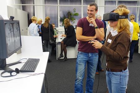 Virtual Reality: Eine Teilnehmerin der CGI TrendSession läuft per Oculus Rift durch eine virtuelle Wohnung.