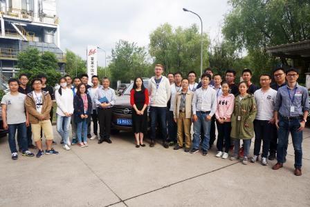 Lennart Wölki im Kreis von Kolleginnen und Kollegen bei Shanghai Huf.