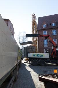 An der Giebelseite des Gebäudes am Obotritenring wird der Kran montiert, Foto: WEMAG/Stephan Rudolph-Kramer