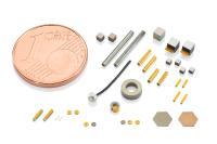 Miniaturisierte Piezokeramiken. Winzige Piezokomponenten mit Geometrien kleiner als 1 Millimeter stellt PI Ceramic in unterschiedlichen Formen her, auch mit Kontaktierung