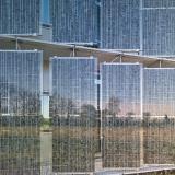 Die Südfassade besteht aus drehbaren, rahmenlosen Photovoltaik-Ganzglaslamellen / Foto:Achim Birnbaum