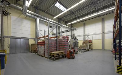 In der Produktionshalle der Firma Hilti Deutschland GmbH in Kaufering wurden weiße CapaCoustic Melapor Absorberplatten an den Wänden verklebt. Diese Maßnahme brachte eine Schallreduzierung von 5 dB. Eine Installation im Deckenbereich war nicht möglich, da