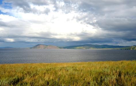 Kurz vor der großen Stadt: Krasnoyarsk gilt als sibirisches Oberzentrum und ist Sitz vieler Behörden. Die Landschaft, die die Metropole umgibt, ist von atemberaubender Schönheit. (Foto: Achim Zielke)