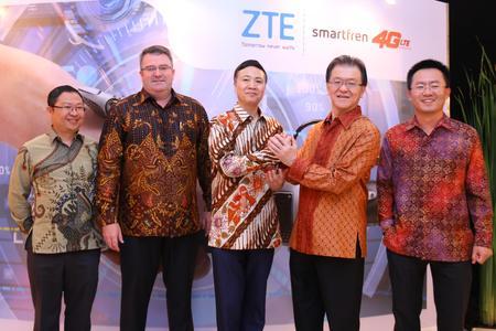 Von links nach rechts: Huang Zhiyuan, VP Sales Division I, ZTE Indonesia; Paul Hodges, CEO of Smartfren; Shi Lirong, CEO of ZTE Corporation; Franky Oesman Widjaja, Chairman of Smartfren; Mei Zhonghua, President Director of ZTE Indonesia