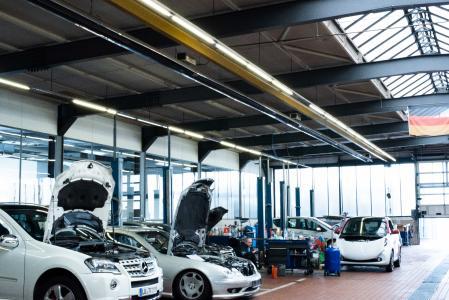 Bild 1: Im Autohaus Bähr in Ludwigshafen wird seit 15 Jahren mit KÜBLER-Infrarotsystemen geheizt – reibungslos und hoch effizient. (Quelle: KÜBLER Energiesparende Hallenheizungen)