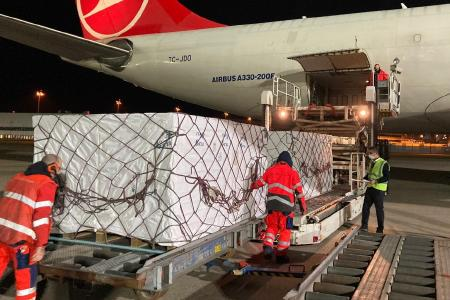 Verladung der fertig gestauten Luftfrachtbleche ins Flugzeug.