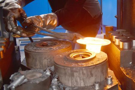 Anstrengende Arbeit: Glühend heiße, kiloschwere Stahlteile zu handhaben ist körperlich belastend. (Foto: Ralf Büchler für das IPH)