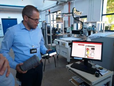Mit RFID-basierter Spulen-Erkennung wird die Maschine erst zur Produktion freigegeben, wenn alle Spulen am richtigen Platz aufgesteckt sind / Foto: STFI