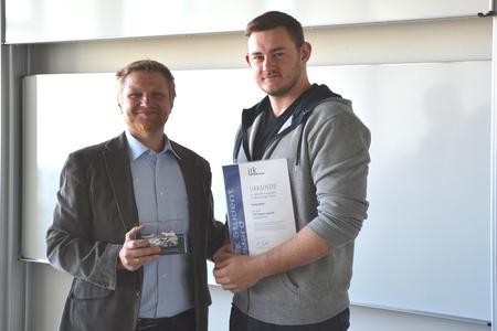Ronald Gall (links), Mitarbeiter der ITK Engineering AG, mit dem Studenten Alexej Bohr (rechts) bei der ITK Student Award Verleihung (Foto: Sebastian Surmund, ITK Engineering)