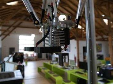 Der Druckkopf ist in der Standard-Ausführung mit einer 0,8 mm weiten Düse ausgestattet, mit der der aufgeschmolzene Werkstoff aufgetragen wird. Verwendet werden können dazu verschiedene Materialien einschließlich Keramik und PLA (Quelle: PICCO's 3D World)