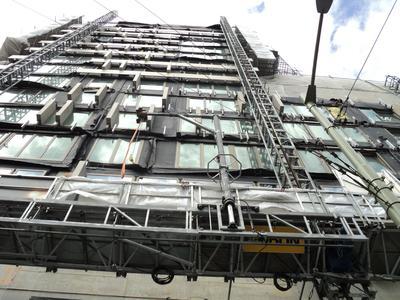 Kombiniert wird der Maxi-Climber in Den Haag mit Montagekranen – für eine Steigerung der Effizienz der Arbeitsabläufe und zur körperlichen Entlastung des Teams (Foto: Böcker Maschinenwerke, Werne)