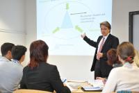 Studiengangsleiter Prof. Dr. Thomas Mühlencoert mit MBA-Fernstudierenden / Foto: RheinAhrCampus