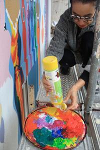 Künstlerin am Werk: Ursula Stragapede-Didra mischt klassisch Farben auf der Palette. Diesmal sind es allerdings hochwertige Fassadenfarben