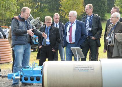 """Im Testgelände in Gleierbrück sowie im Vorführraum im Werk 2 konnten sich die Teilnehmer im """"Live-Betrieb"""" einen Überblick über die Produkte der TRACTO-TECHNIK verschaffen."""