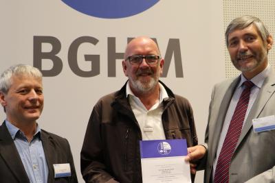Die Präventionsexperten Andreas Franzki und Ralf Heinrici der BGHM übergeben das Gütesiegel an Thomas Kienast (Mitte) von der gleichnamigen Tischlerei aus Scheden bei Göttingen.
