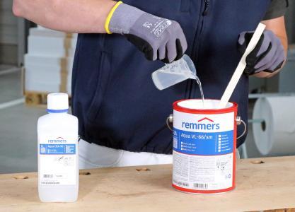 Aqua OZA-90-Offenzeit-Additiv wird dem Lack unter Rühren zugegeben / Bildquelle: Remmers, Löningen