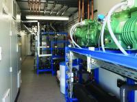 Im Container sind Kältemaschine, Schaltschrank, Tank und Wasserpflege gut erreichbar angeordnet