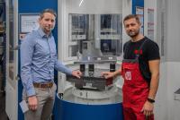 Christian Vogel, Verkaufsingenieur von AMF (li.) und Paul Schaffner, bei Koller verantwortlich für die Fertigung, verbindet eine intensive Zusammenarbeit mit besten Ergebnissen. ©Bildquelle: AMF