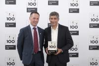 Gala-Veranstaltung zur Auszeichnung der innovativsten Unternehmen Deutschlands: Der TOP 100-Mentor Ranga Yogeshwar überreicht die TOP 100-Innovator-Urkunde an den GEZE Geschäftsführer Entwicklung, Gerald Haas / KD Busch / compamedia