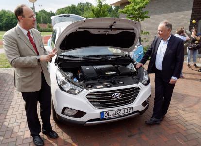 Dr. Alexander Dyck zeigt Stephan Weil (von li.) am Beispiel des Wasserstoffautos von NEXT ENERGY, wie die Mobilität der Zukunft aussehen könnte