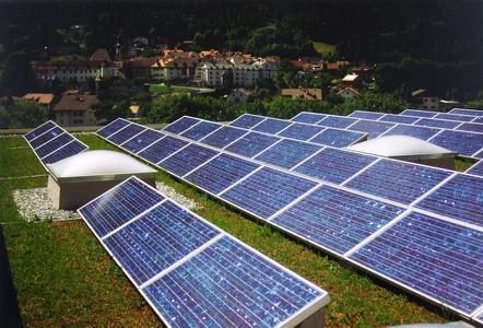Als Aufständerungen kamen auf dem Firmengebäude Gasser in Chur schwere Betonteile der Marke Eigenbau Gasser zum Einsatz, da dies eines der ersten Objekte war, welches Grün und Solar kombinierte