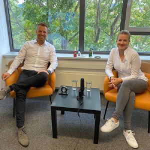 Andreas Fritz von REIFF und Natalie Hibst von Henkel beantworten Fragen rund um die Welt der Klebetechnik.