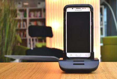 Abb. Bison Scanner für das Samsung Galaxy J5 (2016) auf der Ladestation