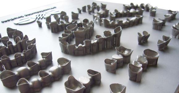 Eine Laser-Sinter-Anlage produziert bis zu 500 Zahnkronen in 24 Stunden bei hervorragender Fertigungsqualität. (Bild: Sirona)