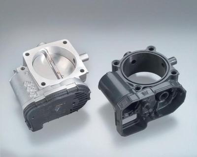 Im Vergleich zur Aluminiumvariante (links) wiegen Drosselklappengehäuse aus BMC (rechts) fast ein Drittel weniger. Zudem weisen sie aufgrund ihrer Maßhaltigkeit sehr geringe Toleranzen auf.