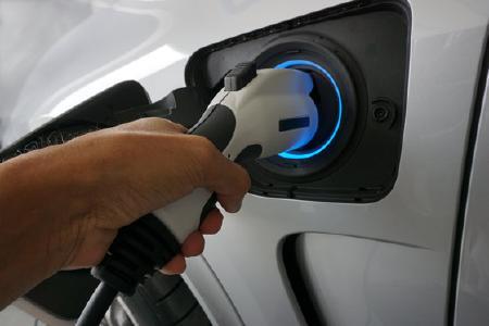 Startseite » Aktuelles » Internationales Barometer: Bis zu 21.450 Euro geschenkt für ein Elektroauto … (Foto: Shutterstock/ Foto Deutschland: Smile Fight)