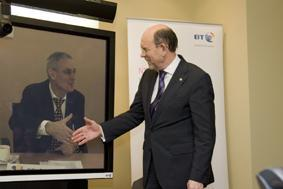 Niedersächsischer Wirtschaftsminister Walter Hirche bei BT Germany auf der CeBIT